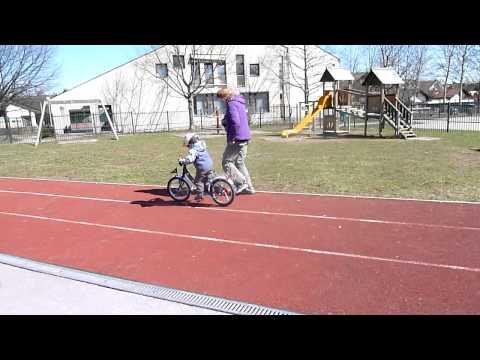 2 letni Jaša na kolesu brez koleščkov :)